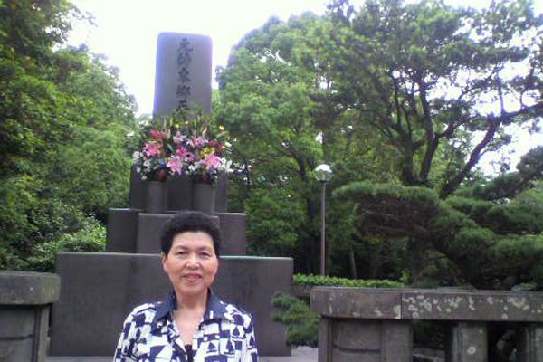 東郷さんのお墓の前で-1